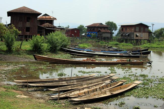 Boote und Stelzenhäuser am Inle Lake, Myanmar.